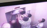 صيني يعلق بباب المصعد