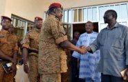 الرئيس الانتقالي في بوركينا فاسو يعد بتسليم السلطة لحكومة انتقالية