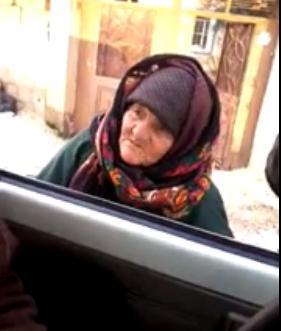 """غريب : مسنة تلقن  عناصر من """"داعش"""" درسا في الدين……؟"""