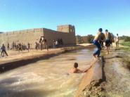 انعدام المسابح و مرافق الترفيه شباب الريصاني يسبحون في ساقية مخصصة للري