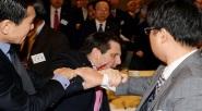بالفيديو :هجوم بالسكين على السفير الأمريكي بكوريا الجنوبية وأصابته
