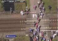 """فيديو .. قطار سريع يفرض """"الأمر الواقع"""" أثناء سباق دراجات بفرنسا"""
