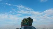 فقط في المغرب : سفينة صيد متوقفة على الطريق بين الدار البيضاء و المحمدية