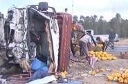 فديوا حادثة سير ميمة لشاحنة محملة بالبطيخ بين طريق القنيطرة وفاس
