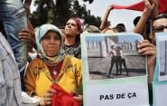 """مغاربة يحتجون أمام السفارة الفرنسية على تعري ناشطتي """"فيمن"""""""