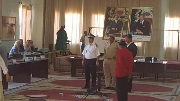 بالفيدو فوضى ومشادات وسب وشتم في جلسة انتخاب رئيس بلدية مولاي علي الشريف بالريصاني