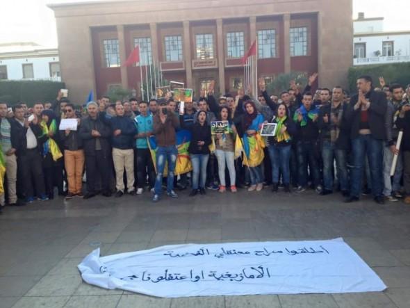 بالصور.. نشطاء أمازيغيون يحتجون أمام البرلمان على مقتل عمر خالق