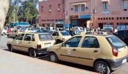 احتجاجات سائقي سيارات الأجرة الكبيرة أمام ولاية مراكش آسفي