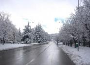 بعد طول إنتظار ، الثلوج تتساقط بمدينة إفران