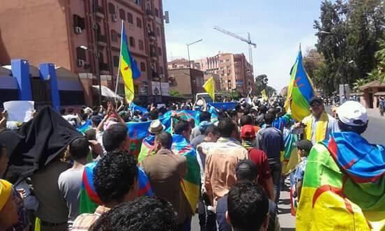 بالصور: آلاف الامازيغ يتظاهرون في مسيرة حاشدة اليوم بمدينة مراكش