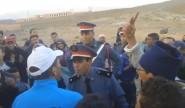 """تنغير : ساكنة اكوراي للدرك الملكي بعد اعتقال جلال لعتابي يرفعون شعار """"مامصوتينش مامصوتينش"""" + فيديو"""