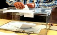 شاب يكسر صندوق الاقتراع بأحد مكاتب التصويت
