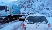 """نجاح تحرير حافلة للمسافرين بعد محاصرتها بسبب الثلوج بطريق الموت """"تيشكا"""""""