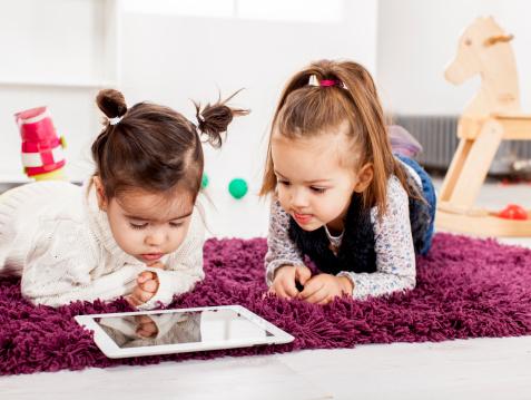 دراسة: شاشات اللمس تقلص فترات نوم الأطفال