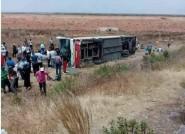 فاجعة طرقية بالصور..انقلاب حافلة لنقل المسافرين ترسل 15 شخصا إلى المستشفى 10 منهم بين الحياة والموت