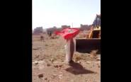 فيديو: سيدة من تنغير تقف امام جرافة، في خلاف حول مشكل اراضي عائلتها ..