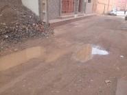 """زنقة """"تلوات"""" بحي ايت برى تنغير: حاجز من الإسفلت يخلف أضرارا للساكنة عند التساقطات المطرية"""