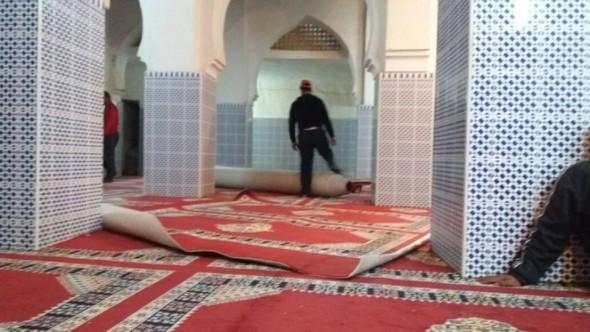 الريصاني… مندوبية الأوقاف بولاية درعة تافيلالت تشرف على عملية تفريش مسجد قصور مزكيدة وتسلم شيكا لجمعية أخنوس.