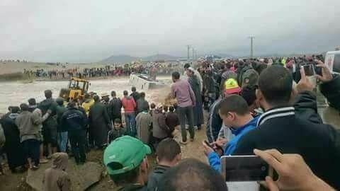 عاجل.. أول فيديو لغرق حافلة بواد ضواحي مراكش.. محاولات انقاذ ركاب حافلة جرفتها مياه واد بتامنصورت