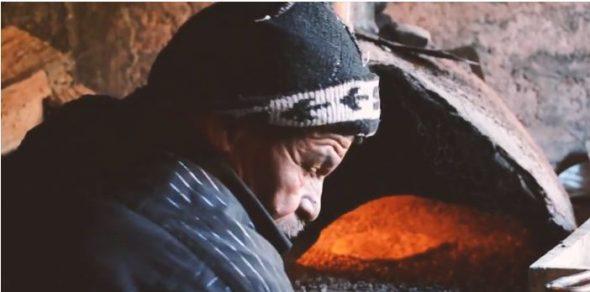 فيديو : سي براهيم بو اخْبّازْ أقدم واحد في هذه الحرفة بتنغير