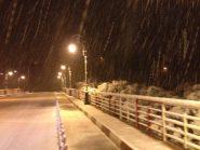 شاهد ….. هكذا بدت مدينة تنغير ليلا بعد سقوط الثلوج