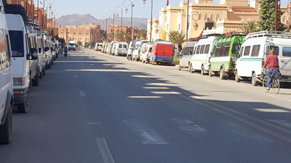 أرباب النقل المزدوج بتنغير يعتصمون أمام مقر المجلس الجماعي للمدينة + فيديو