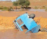 السيول تجرف سيارة للنقل المزدوج وتقتل سيدة نواحي الريصاني  + فيديو صادم
