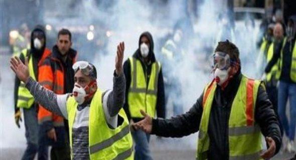 السترات الصفراء تعود بقوة للإحتجاج بشوارع باريس، واعتقالات تطال العشرات في وضع متوثر.